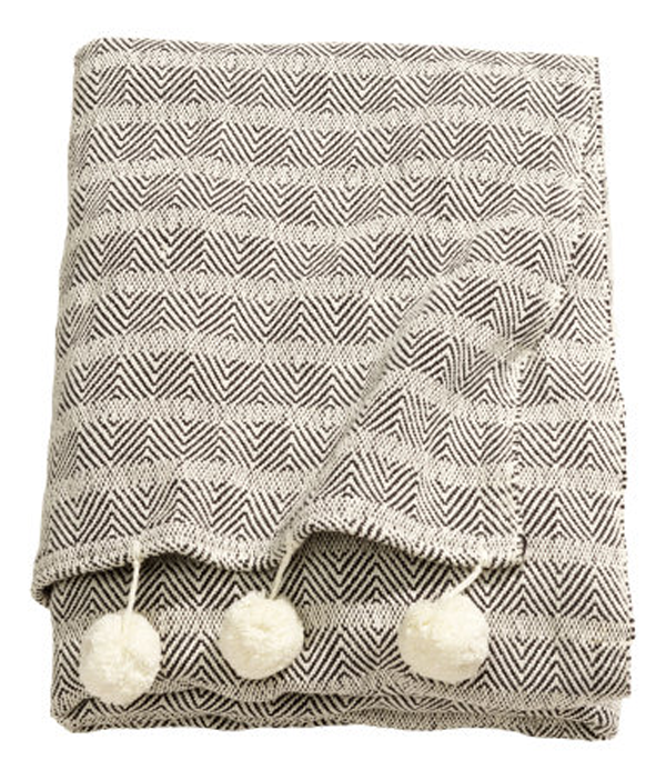 blanket-with-pom-poms