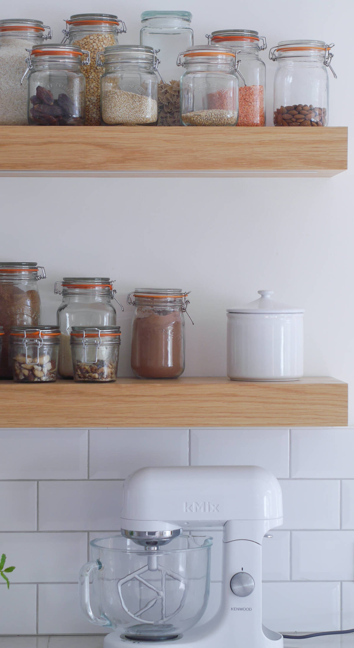 3 ways to style open kitchen shelves-16