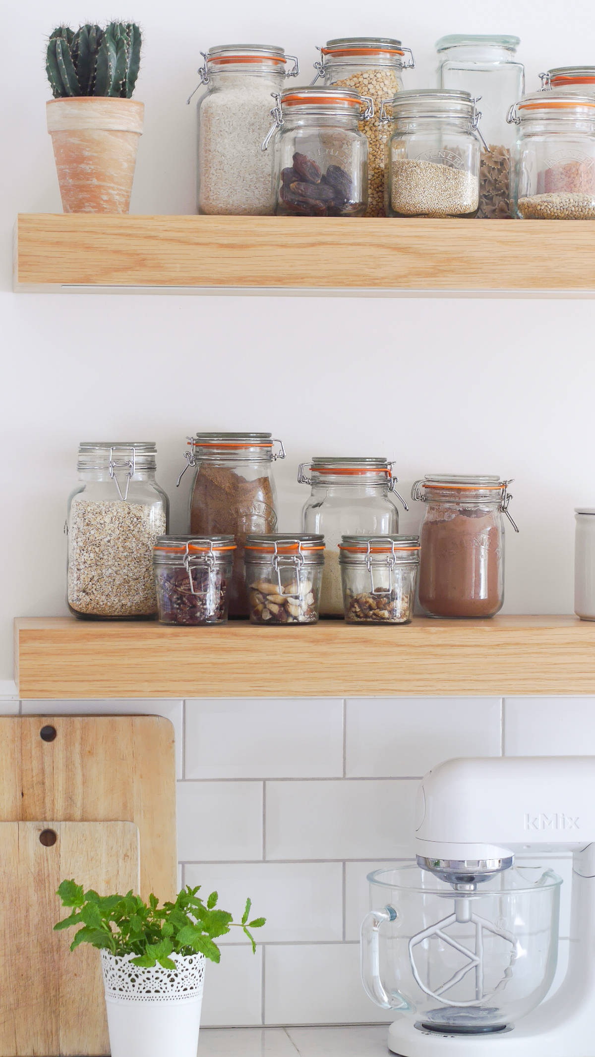 3 ways to style open kitchen shelves-30