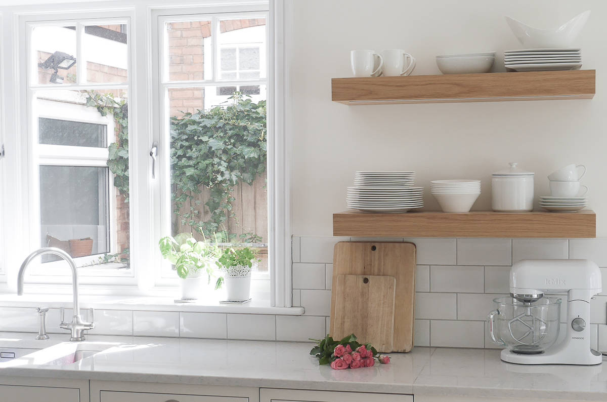 3 ways to style open kitchen shelves-38