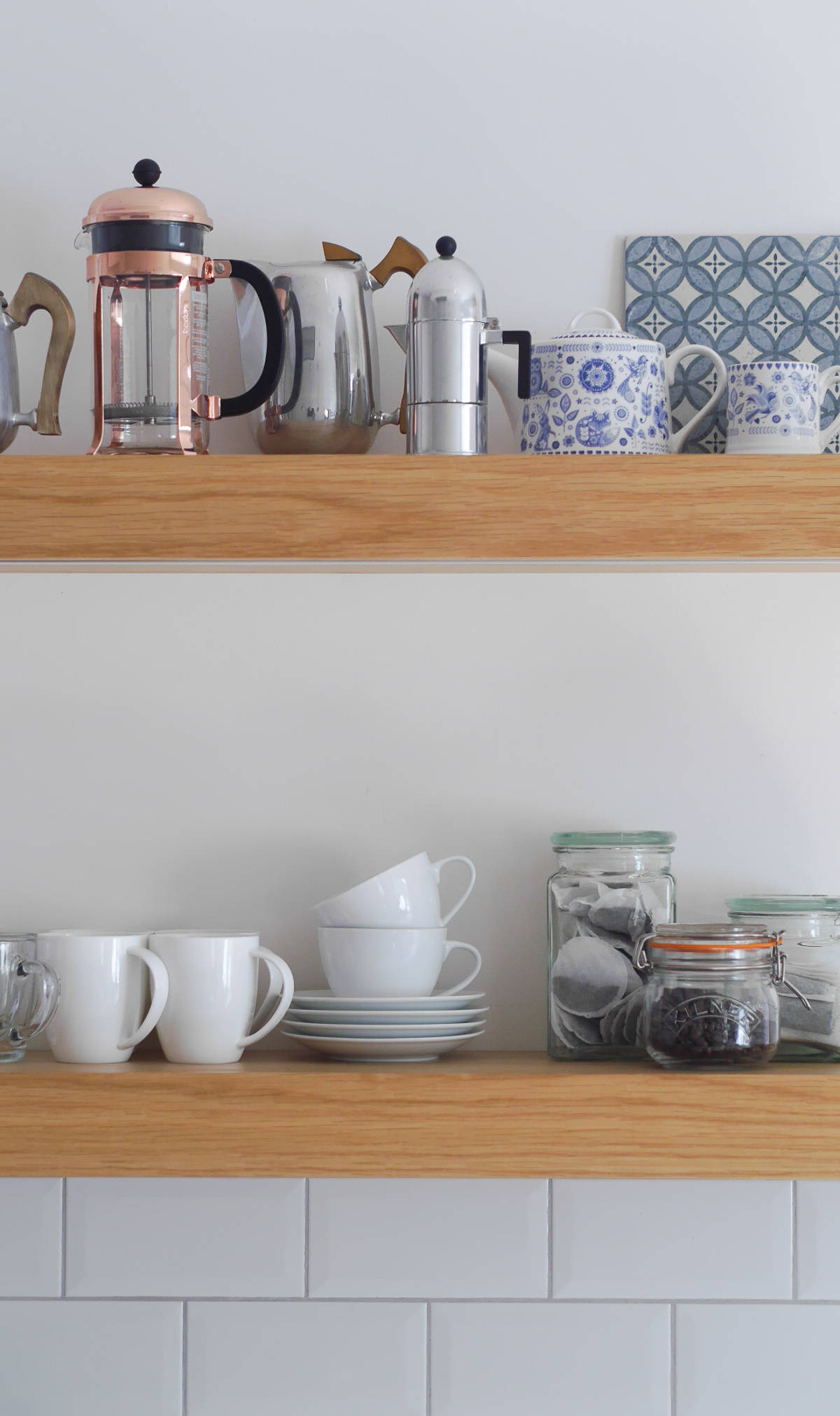 3 ways to style open kitchen shelves-7